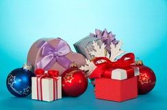 Подарочные коробки и красивые игрушки рождества Стоковая Фотография RF