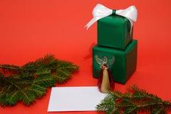 Подарочные коробки и письмо рождества на красной предпосылке Стоковые Фотографии RF