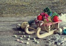 Подарочные коробки и сани рождества Стоковые Фотографии RF