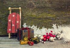 Подарочные коробки и сани рождества Стоковое Изображение RF