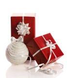 Подарочные коробки и шарик рождества Стоковая Фотография
