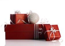 Подарочные коробки и шарик рождества Стоковые Фотографии RF