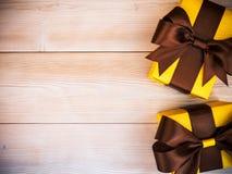Подарочные коробки на деревянной доске Стоковые Фотографии RF