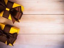Подарочные коробки на деревянной доске Стоковое Изображение
