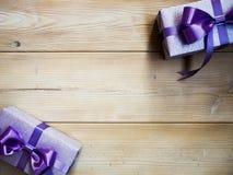 Подарочные коробки на деревянной доске Стоковая Фотография RF