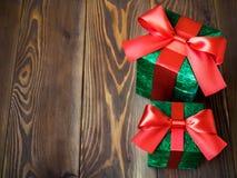 Подарочные коробки на деревянной доске Стоковые Изображения