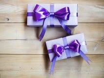 Подарочные коробки на деревянной доске Стоковое Изображение RF