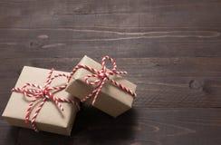 Подарочные коробки на деревянной предпосылке с пустым космосом Стоковое Изображение RF