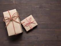 Подарочные коробки на деревянной предпосылке с пустым космосом Стоковое Изображение