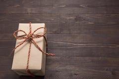 Подарочные коробки на деревянной предпосылке с пустым космосом Стоковая Фотография RF