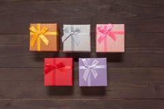 Подарочные коробки на деревянной предпосылке с пустым космосом Стоковые Фотографии RF