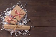 Подарочные коробки на деревянной предпосылке с пустым космосом Стоковые Фото