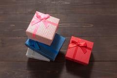 Подарочные коробки на деревянной предпосылке с пустым космосом Стоковые Изображения