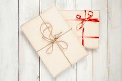 Подарочные коробки на деревянном столе Стоковые Фото