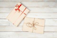 Подарочные коробки на деревянном столе Стоковые Изображения