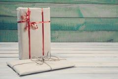 Подарочные коробки на деревянном столе Стоковое фото RF