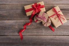 Подарочные коробки на деревянных досках Стоковые Изображения
