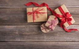 Подарочные коробки на деревянных досках Стоковая Фотография RF