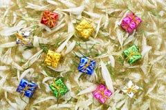 Подарочные коробки на предпосылке лепестков Стоковое Фото
