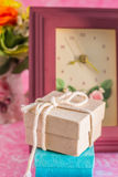 Подарочные коробки на таблице стоковое фото rf