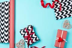 Подарочные коробки обернутые в красной, черно-белой бумаге с конфетой Стоковое Изображение