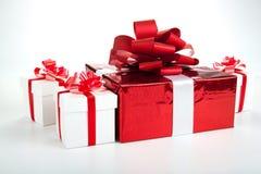 Подарочные коробки одной красной подарочной коробки белые на сером цвете Стоковое фото RF