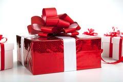 Подарочные коробки одной красной подарочной коробки белые на сером цвете Стоковая Фотография RF