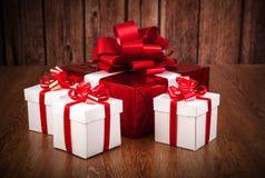 Подарочные коробки одной красные белизны подарочной коробки Стоковое фото RF
