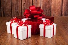 Подарочные коробки одной красные белизны подарочной коробки Стоковое Фото