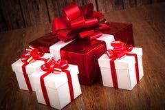 Подарочные коробки одной красные белизны подарочной коробки Стоковые Изображения