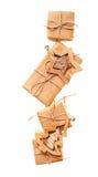 Подарочные коробки при игрушки бумаги и рождества kraft изолированные на белой предпосылке Стоковые Фото