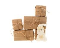 Подарочные коробки при игрушки бумаги и рождества kraft изолированные на белой предпосылке Стоковое Изображение RF