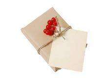 Подарочные коробки ремесла с поздравительной открыткой для текста Рождество, предпосылка праздника Нового Года изолированная на б Стоковое Изображение