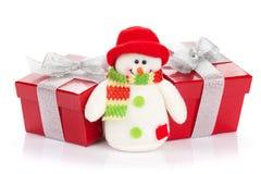 Подарочные коробки рождества и игрушка снеговика Стоковые Фотографии RF
