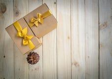 Подарочные коробки рождества и конус сосны Стоковые Фотографии RF