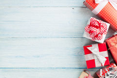 Подарочные коробки рождества на деревянном столе Стоковое Изображение