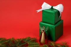 Подарочные коробки рождества на красной предпосылке Стоковое Изображение