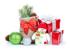 Подарочные коробки рождества, оформление и игрушка снеговика Стоковое фото RF