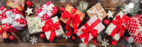 Подарочные коробки рождества помещенные на деревянных планках Стоковые Изображения RF