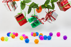Подарочные коробки рождества с пластичным шариком на белой предпосылке Стоковые Фотографии RF