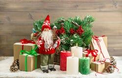 Подарочные коробки свечей Санта Клауса украшения рождества горящие Стоковое фото RF