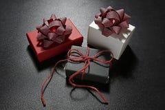 Подарочные коробки с декоративными лентами Стоковое Фото