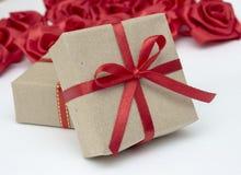 Подарочные коробки с красными лентами сатинировки Стоковые Изображения RF