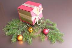 Подарочные коробки с шариками на предпосылке золота Стоковые Изображения RF
