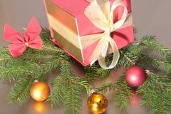 Подарочные коробки с шариками на предпосылке золота Стоковое Изображение