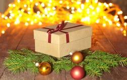 Подарочные коробки с шариками на предпосылке рождества Стоковая Фотография