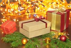 Подарочные коробки с шариками на предпосылке рождества Стоковые Фото