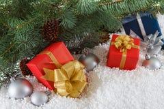 Подарочные коробки с шариками рождества в снеге Стоковые Изображения RF
