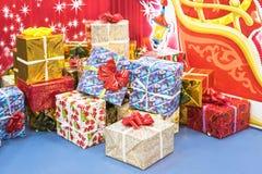 Подарочные коробки украшения рождества с лентой Стоковая Фотография RF