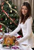 Подача женщины зажарила в духовке цыпленка индюка на Новый Год рождества семьи Стоковое Фото